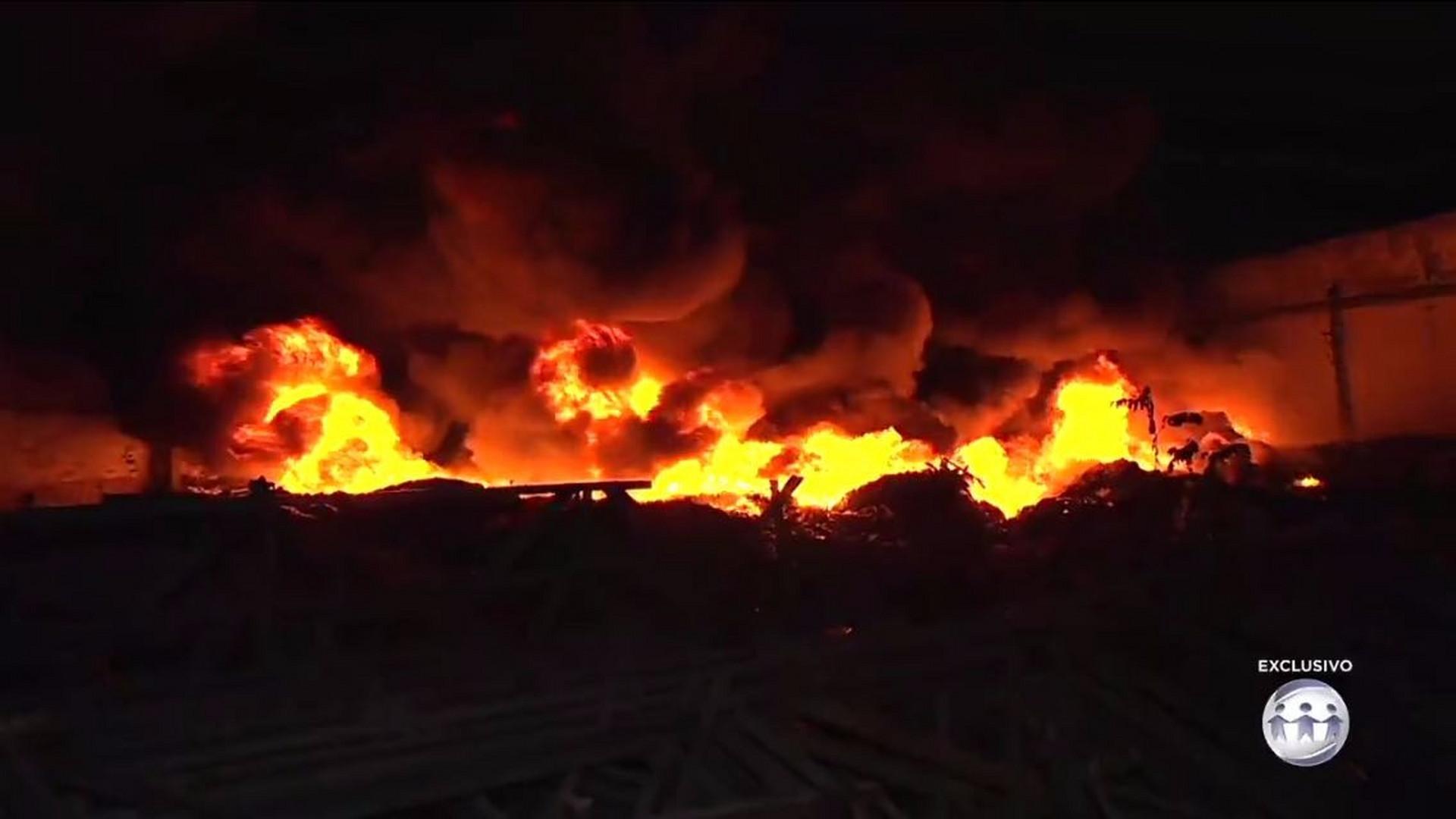 EXCLUSIVO: INCÊNDIO DESTRÓI GALPÃO NO PETRÓPOLIS - Cidade Alerta Manaus - 03/08/17